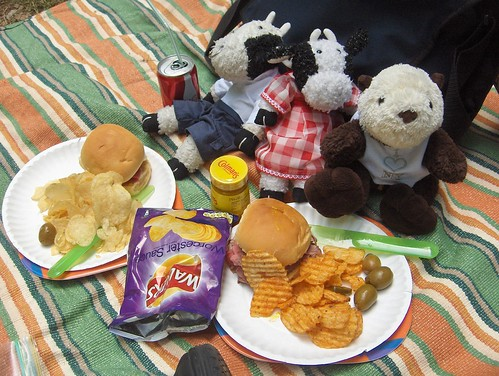 Everyone is having sammiches and chips!