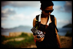 Rollei and You (Lefty Jor) Tags: shadow sky hk tlr film girl sunglasses rolleiflex hongkong day photographer dof cloudy bokeh agfa misu vista100 f3hp 50mmf12 28d