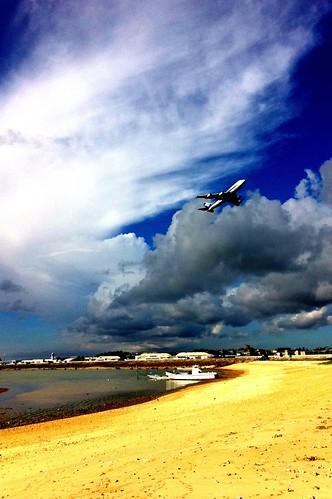 瀬長島。海、空が青い。きれいだなあ。
