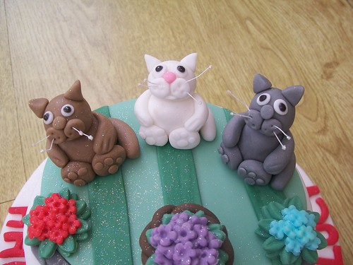 cats in the garden cake and cat toppers. cakeebakey