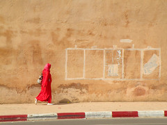 Lady in red (Shahrazad26) Tags: red rot rouge hijab morocco maroc rood marokko meknes imperialcity villeimperiale