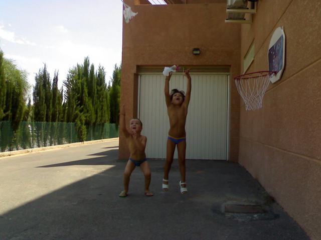 Nerea y Miguel lanzando paracaidas