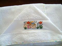 Toalha de Banho (Lucia Helena Cesar) Tags: baby rose handmade embroidery rosa cruz bebe toalha menina ponto manta pompom riscos moldes aplique paninhos flanela enxoval patchcolagem apllicação