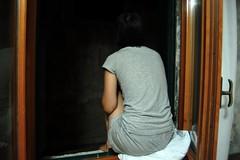 (The mind says) Tags: window girl ventana hotel nikon chica venecia calor venize d40