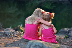 [フリー画像] 人物, 子供, 少女・女の子, 兄弟・姉妹, 後ろ姿, 201008060700