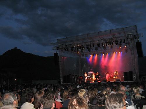 Bühnen am See mit der Leuchtenburg im Hintergrund