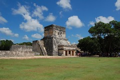 Temple of the Jaguars and Shields (Mattron) Tags: mxico architecture buildings temple ancient ruins maya historic yucatn ruinas tropical archeology tropics templo chichnitz toltec arqueologica yucatnpeninsula postclassic templodelosjaguaresyescudos templeofthejaguarsandshields