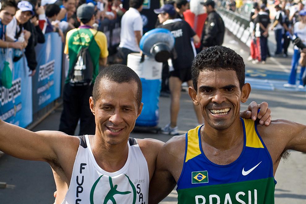 Elias Rodrigues y Paulo Da Silva, de Brasil, se abrazan al llegar en 1er y 2do puesto respectivamente de la maratón de 42 km.  (Diego Ayala - Asunción, Paraguay)
