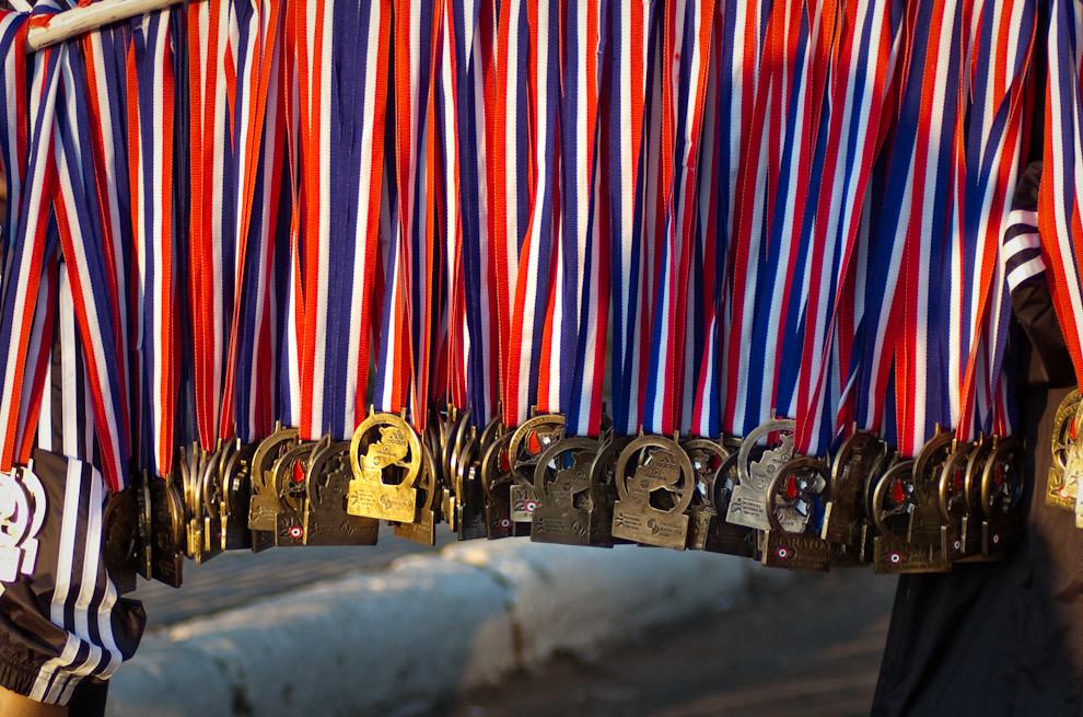 Galardones por participacion con las cintas de los colores de la bandera Paraguaya espera a los atletas que van a culminar sus carreras, el premio por llegar.  (Elton Núñez - Asunción, Paraguay)