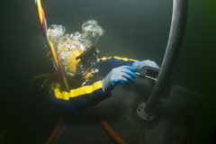 Attaching a Ground Wire Underwater (US Navy) Tags: work underwater military militar diver usnavy marinero unitedstatesnavy groundwire buceador