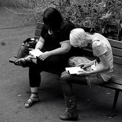 le yin et le yang (lachaisetriste) Tags: portrait blackandwhite bw paris noiretblanc montmartre nb rue fille banc touriste portraitvolé 4tografie