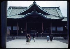 YAKASUNI 1950 (roberthuffstutter) Tags: japan notmyphoto hotoffthepress postwarjapan huffstutter tokyo1950 yakasunishrine artandorphotosbyhuffstutter