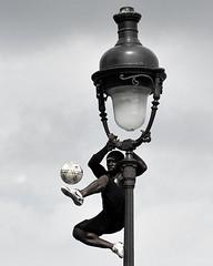 Iya Traoré --- (lachaisetriste) Tags: portrait blackandwhite paris foot nikon noiretblanc ballon montmartre nb homme lampadaire spectacle athlète bwbw d700 freestylesoccer expressyourselfaward 4tografie iyatraoré