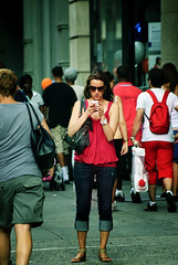 NY2010_117 (1-2-3 cheese) Tags: red portrait girl speed shot candid streetphotography hotgirl streetshot iphone travelphoto d700 chuplen chândung whiteiphone ngoàiphố ngẩunhiên chúplén