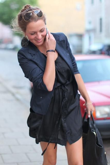 A fotógrafa que compra camisas e camisolas XXL e as usa como vestidos curtos (1)