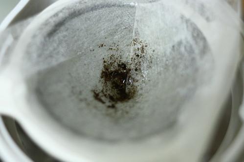 麦茶を漉す