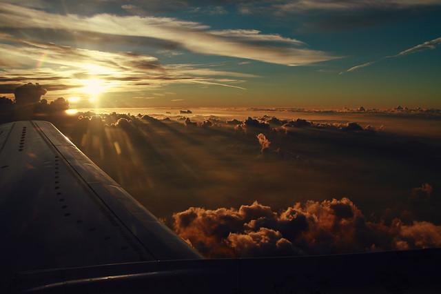 Y ahí estaba el sol lavándose la pereza y bostezando rayitos de luz.