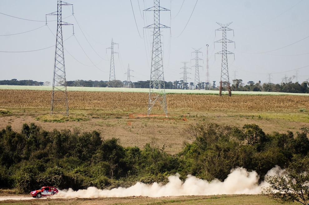 La máquina 601 de Dick Ferreira corre a toda velocidad por la pista de arena del Club Altoparanaense de Pilotos en la tercera fecha del Super Prime del 2010. En el fondo se pueden ver las grandes torres de alta tensión que distribuyen la energía eléctrica proveída por la Represa Itaipú. (Elton Núñez - Colonia Yguazú, Paraguay)