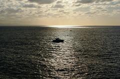 Barcas lejanas en mar abierto (Reyes Arribas) Tags: me mar mas bebe cuanto sansebastin cantbrico sujetas