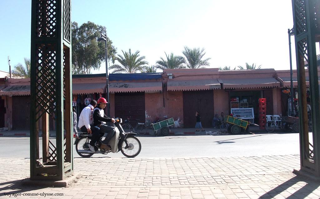 Deux jeunes qui passent en motocyclette