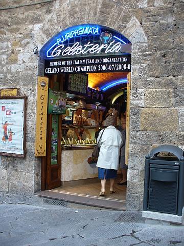 San Gimignano - gelateria della piazza
