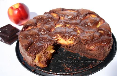 Foto torta fondente al cioccolato con pesche e amaretti