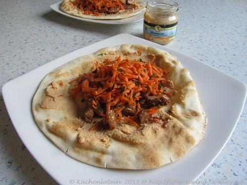 Fladenbrot mit Harissa, Lamm & Hummus