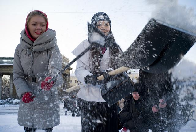 Спасут от снега девушки в мини юбках