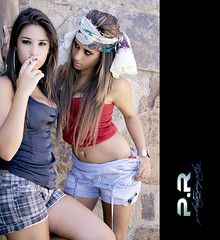 Sensual (Pablo  Ronald) Tags: girls portrait woman fashion looking retrato moda funky sensual jeans chicas tshirts anita mirada adolescentes pulsera cigarro vaqueros pauelo camisetas pendientes complementos accesorios cigartte argollas pabloronald anamirabent maraalbarracn