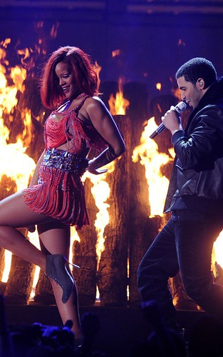 "13 février ~ Rihanna performant ""What's My Name"" aux Grammy Awards"