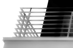 Luft schnappen... (tan.ja1212) Tags: geländer railing schwarzweis haus house balkon balcony fassade facade