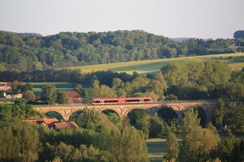 BR 964 überquert Viadukt