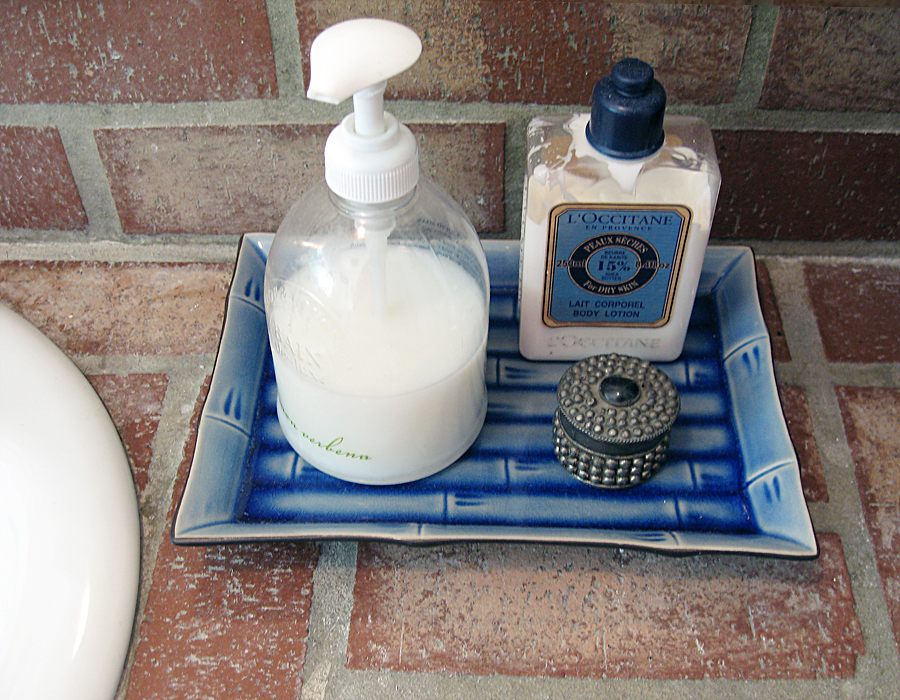 brick beach bathroom decor+bamboo tray+soap+loccitane lotion