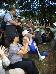 志工們跟著老師張開雙手比出雙扇蕨的樣子