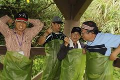 志工們相互幫忙穿上期待已久的青蛙裝