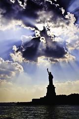 [フリー画像] 芸術・アート, 彫刻・彫像, 自由の女神, アメリカ合衆国, ニューヨーク, 日光・太陽光線, 201007211900