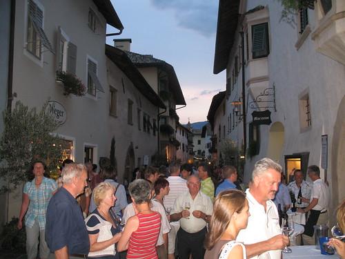 Weinpromenade im historischen Dorfkern von St. Pauls