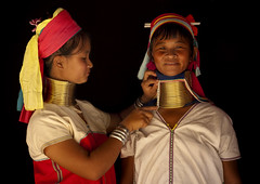 Long Neck women measuring their neck, Thailand (Eric Lafforgue) Tags: thailand necklace women refugee tailandia karen thalande longneck coil siam thailandia keren   4468 femmegirafe tayland   muangthai tajlandia thaifld