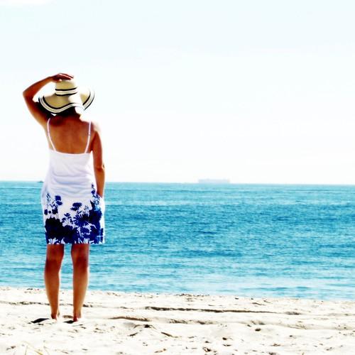 [フリー画像] 人物, 女性, 人と風景, 海, ビーチ・砂浜, 後ろ姿, 帽子・キャップ, 201008030700