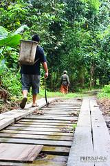Snap+Run - Cucu & Nenek (Phey Snap+Run) Tags: durian kampung pondok rumah pokok nenek cucu jambatan
