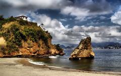 Praia da Boa Viagem - Niteri - Rio de Janeiro. (Carlos Vieira.) Tags: gua clouds casa areia nuvens pedra morro niteri coqueiro onda praiadaboaviagem