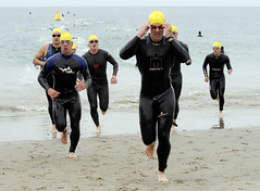 Athletes in the Armed Forces Triathlon (US Navy) Tags: ocean california beach playa militar athletes swimmers usnavy triathlon wetsuit atleta unitedstatesnavy triatln nadadorm