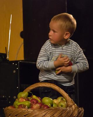 Яблоки от именинника в подарок!