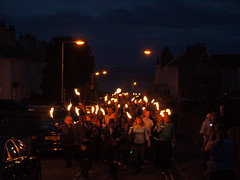 Pittenweem Arts Festival  -Torchlight Procession on Abbey Wall Road (expatscot) Tags: uk houses cars car scotland streetlight kilt photographer fife crowd pipes pipe olympus torch gb procession piper bagpipes pipers torchlight pittenweem e510 eastneuk torchlightprocession olympuse510 pittenweemartsfestival documentingthefestival abbeywallroad
