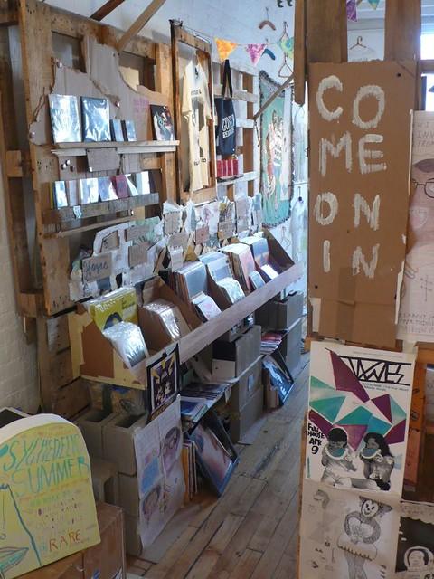 DIY recycled pallet fair sales stand display 3