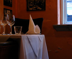 Restaurant in Aalborg in Denmark (corrada2000) Tags: window restaurant glasses fenster napkin tablecloth redwall glser serviette tischtuch