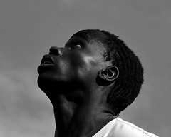 là-haut (lachaisetriste) Tags: portrait blackandwhite bw paris sport foot nikon noiretblanc ballon montmartre nb ciel profil homme spectacle d700 4tografie