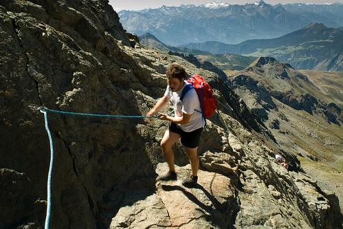 8. Passaggio con corda fissa, giù in fondo il Gran Paradiso