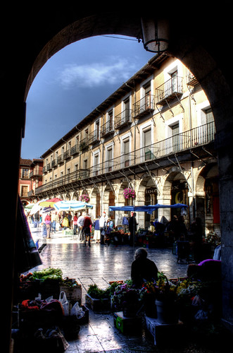 Arch and street market. Leon. Arco y mercadillo