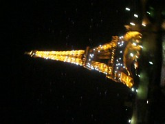 Paris. (Just Smile!) Tags: city paris luz night luces video ciudad torreeiffel 2010 oscurid luciernagas